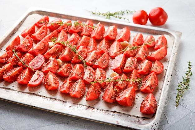 Tomates dans le plat de cuisson