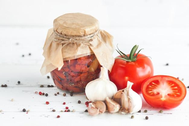 Tomates dans le pot. tomates séchées au soleil maison. fermeture temporaire.