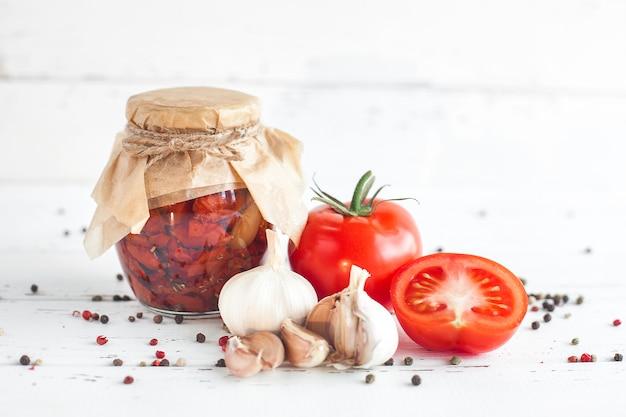 Tomates dans le pot. tomates séchées au soleil maison.