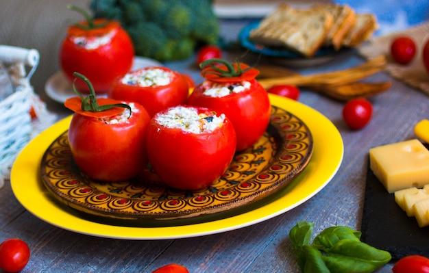 Tomates farcies au fromage et différents légumes