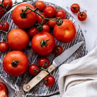 Tomates fraîchement lavées sur une planche à découper
