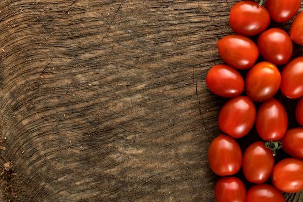 Tomates fraîches sur un bureau en bois