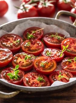 Tomates fraîches dans une poêle prêtes à sécher ou rôties.