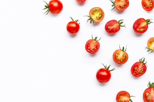 Tomates fraîches, entières et coupées à moitié isolés sur blanc.