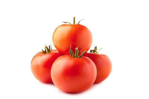 Tomates fraîches avec des feuilles vertes isolées