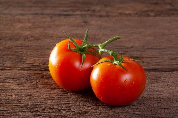 Tomates fraîches sur fond en bois