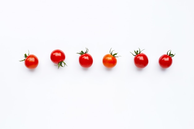 Tomates fraîches isolés sur blanc.