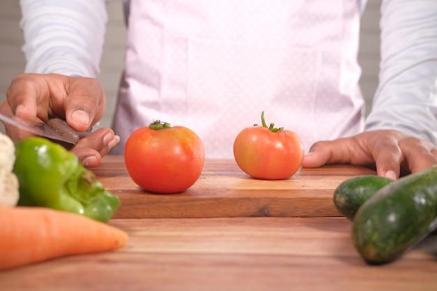 Tomates fraîches sur une planche à découper