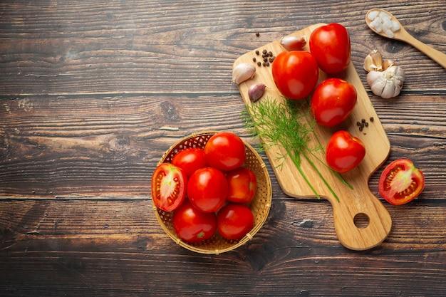 Tomates fraîches prêtes à cuire