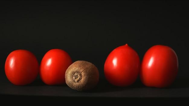 Tomates fraîches rouges et kiwi
