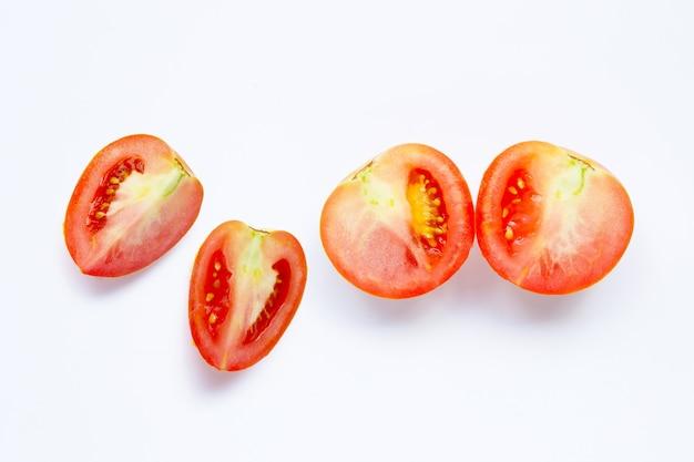 Tomates fraîches sur surface blanche