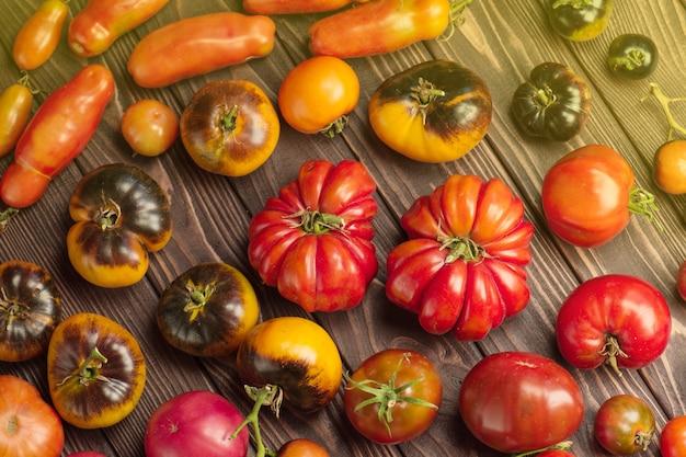 Tomates fraîches sur table en bois se bouchent