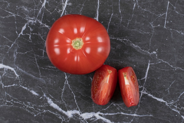 Tomates fraîches tranchées sur marbre.