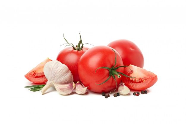 Tomates et ingrédients isolés sur fond blanc