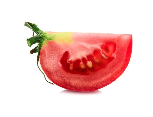 Tomates isolés sur blanc. tomate avec des gouttes.