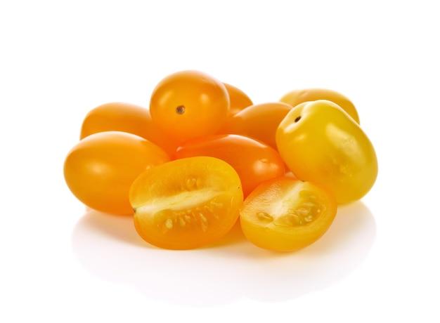 Tomates jaunes isolés sur blanc