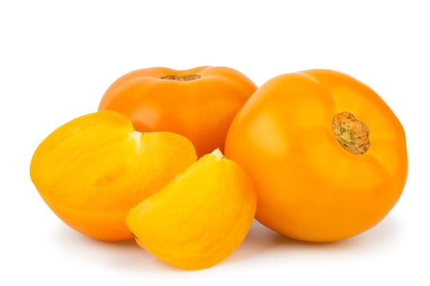 Tomates jaunes à moitié et trancher sur un blanc