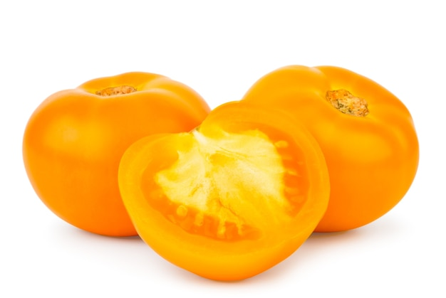 Tomates jaunes mûres et demi gros plan sur un fond blanc