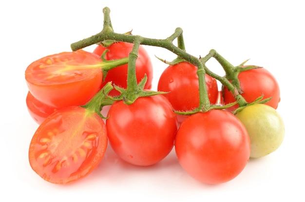 Tomates juteuses isolés sur blanc