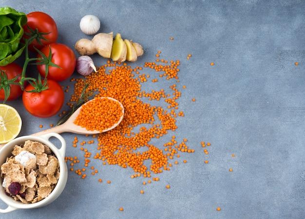 Tomates, lentille, cuillère, table