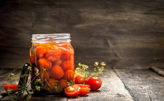 Tomates marinées aux herbes et épices en pot.