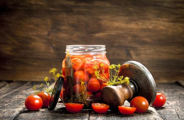 Tomates marinées aux herbes épices et seamer sur table en bois.