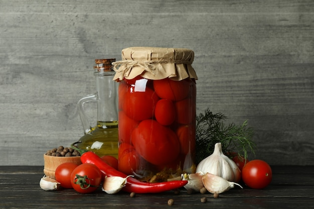 Tomates marinées et ingrédients contre gris