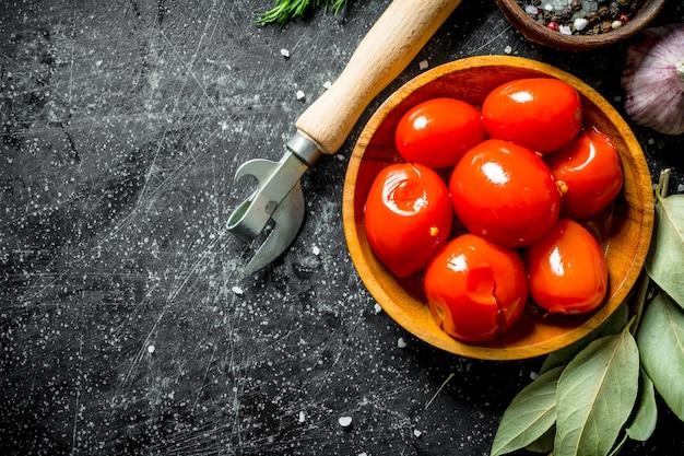 Tomates marinées maison. sur fond rustique foncé