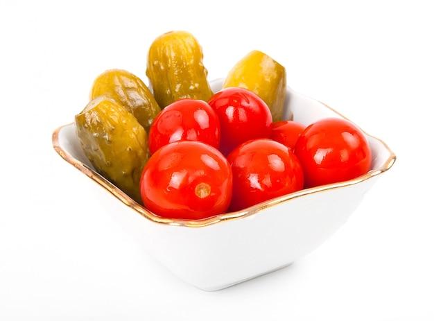 Tomates marinées salées et concombres en assiette