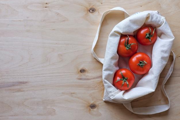 Tomates mûres dans un sac en tissu