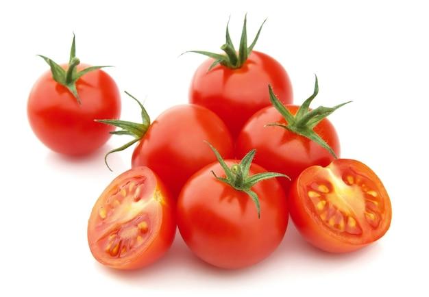 Tomates mûres sur fond blanc
