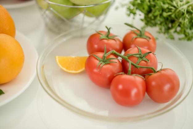Tomates mûres fraîches sur la table