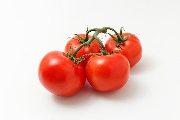 Tomates mûres isolés sur fond blanc