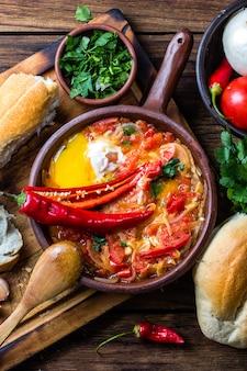 Tomates, oignons, piments frits avec des œufs