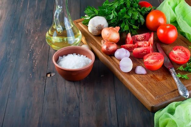 Tomates, oignons, sel, ingrédients pour la salade