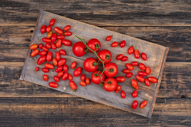 Tomates sur planche à découper
