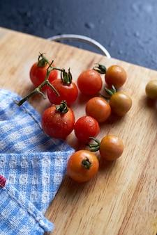 Les tomates sur planche à découper