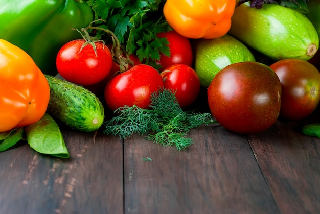 Tomates, poivrons, concombre et fines herbes légumes frais