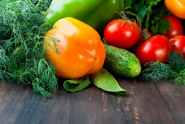 Tomates, poivrons, concombre et fines herbes