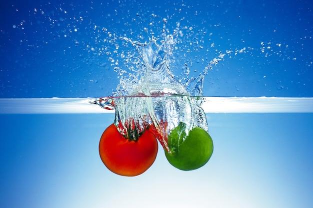Les tomates et les pommes se mettent à l'eau