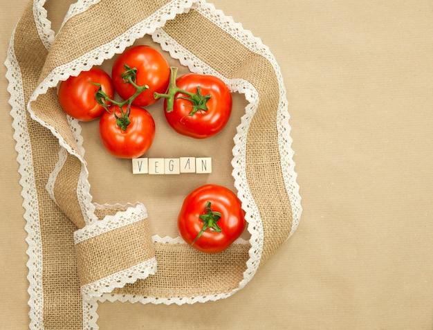 Tomates rouges sur artisanat brun avec ruban de jute