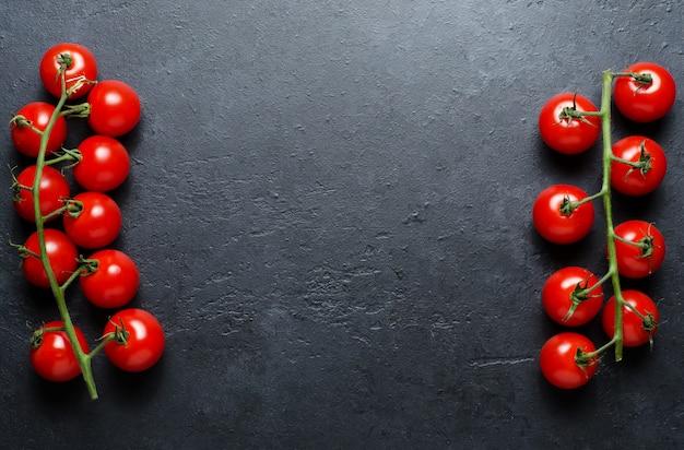 Tomates rouges mûres sur une branche verte. légumes riches en vitamines.