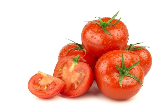 Tomates rouges mûres isolés sur fond blanc
