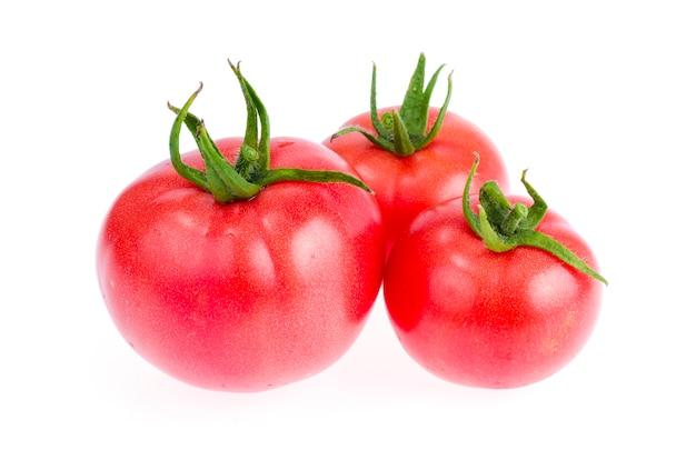 Tomates rouges et roses fraîches isolés sur fond blanc