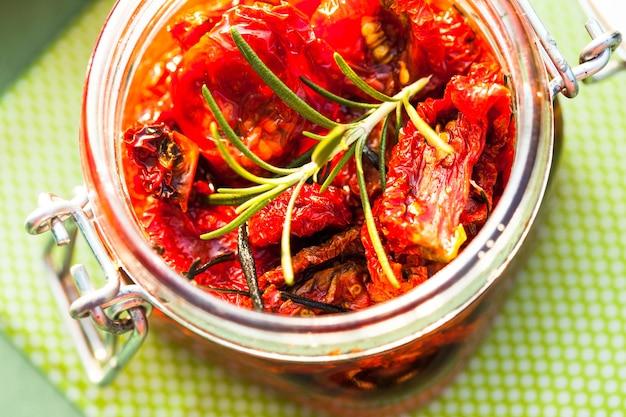 Tomates séchées au soleil dans un bocal en verre