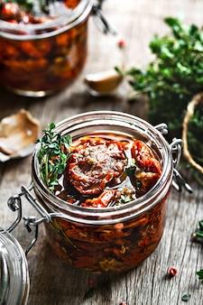 Tomates séchées au soleil avec herbes et ail à l'huile d'olive