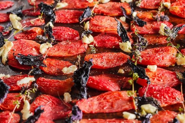 Tomates séchées maison au basilic, ail et épices sur papier
