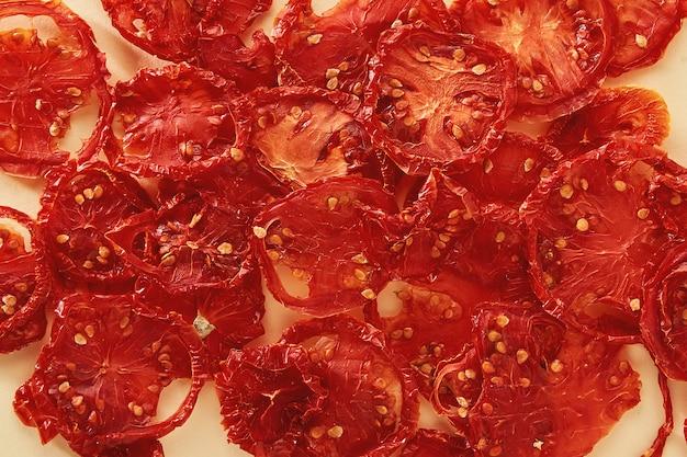 Tomates séchées. tranches de tomates séchées ou séchées