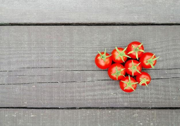 Tomates sur une surface en bois naturel