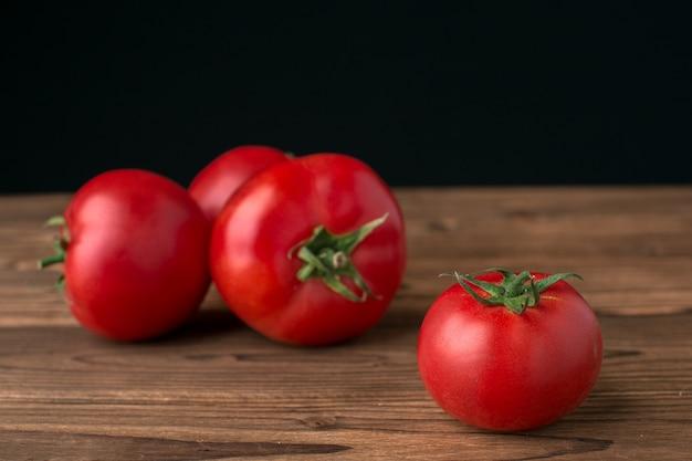Tomates sur une surface en bois